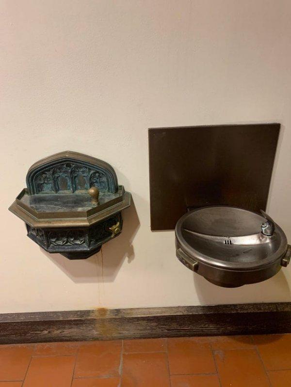 Современный питьевой фонтанчик рядом со старинным