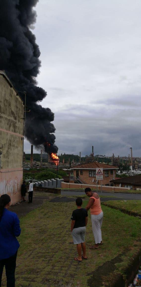 Пожар на нефтеперерабатывающем заводе Engen в южноафриканском городе Дурбан