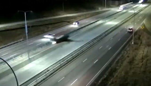 В штате Миннесота самолет приземлился на дорогу и врезался в машину
