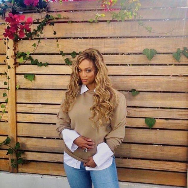 Тайра Бэнкс в белой рубашке и коричневом свитере