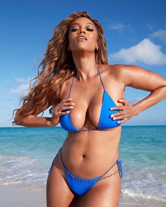 Тайра Бэнкс в синем купальнике