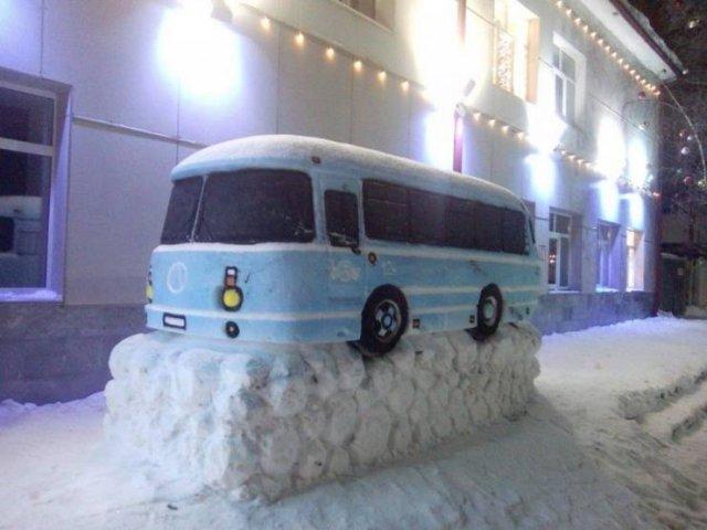 Автобус из снега