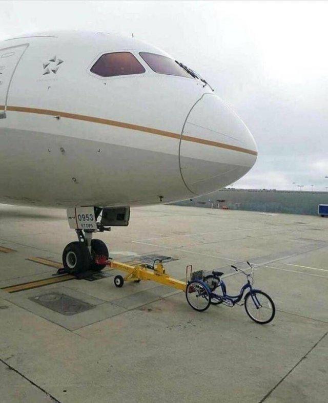 Буксировка самолета велосипедом