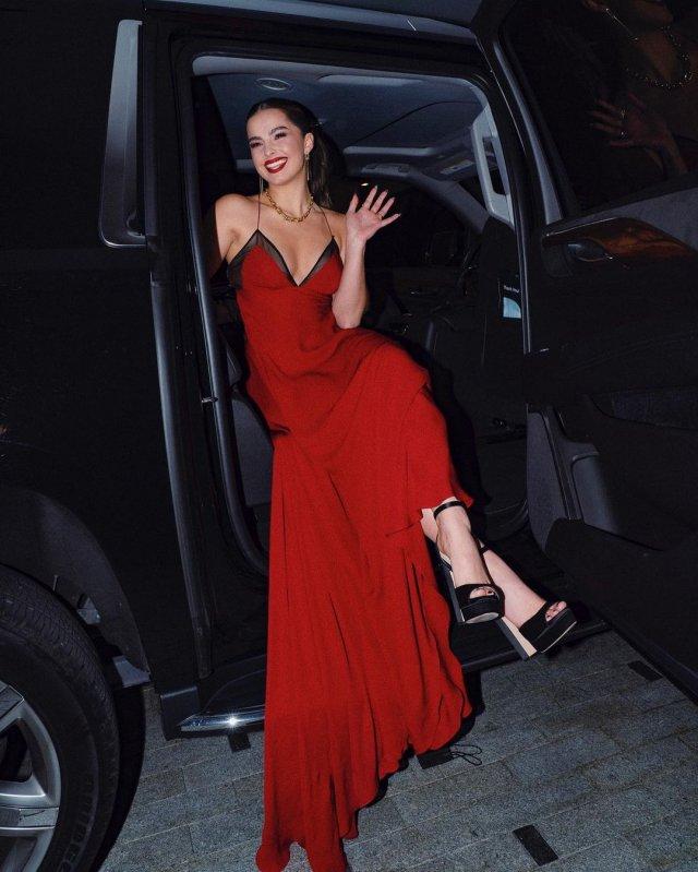 Эдиссон Рэй в красном платье