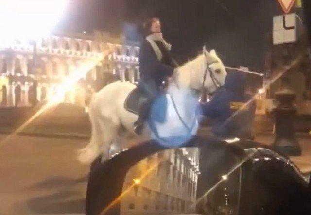 Девушки на лошадях в Санкт-Петербурге хотели штурмом взять здание ЗАКСа