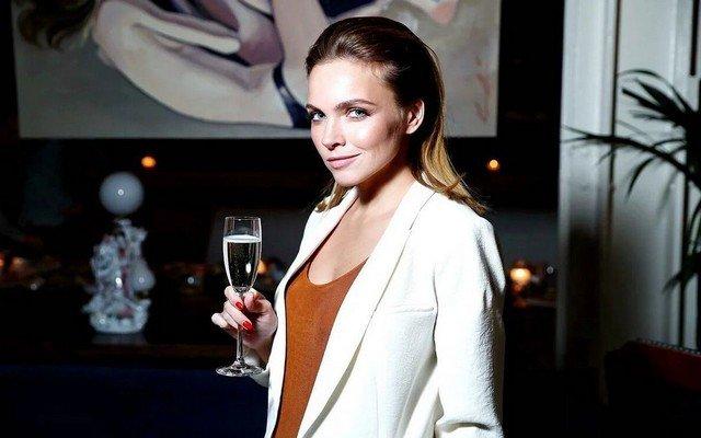 Наталья Земцова в белом пиджаке