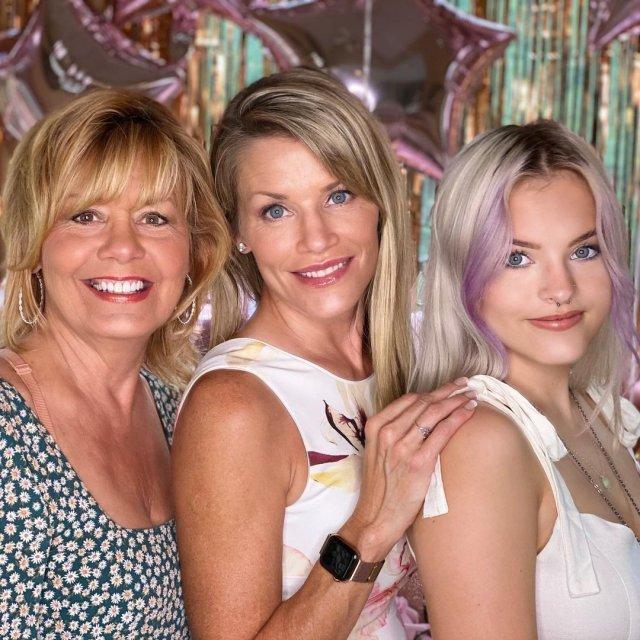 Керри Хоскинс с дочкой и мамой