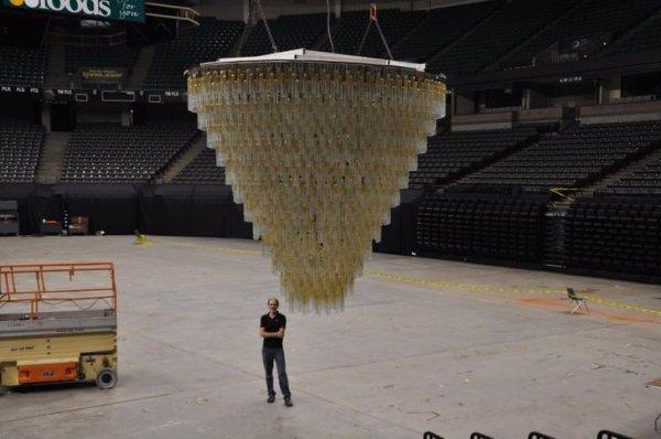 Люстра, спущенная с потолка спортивной арены