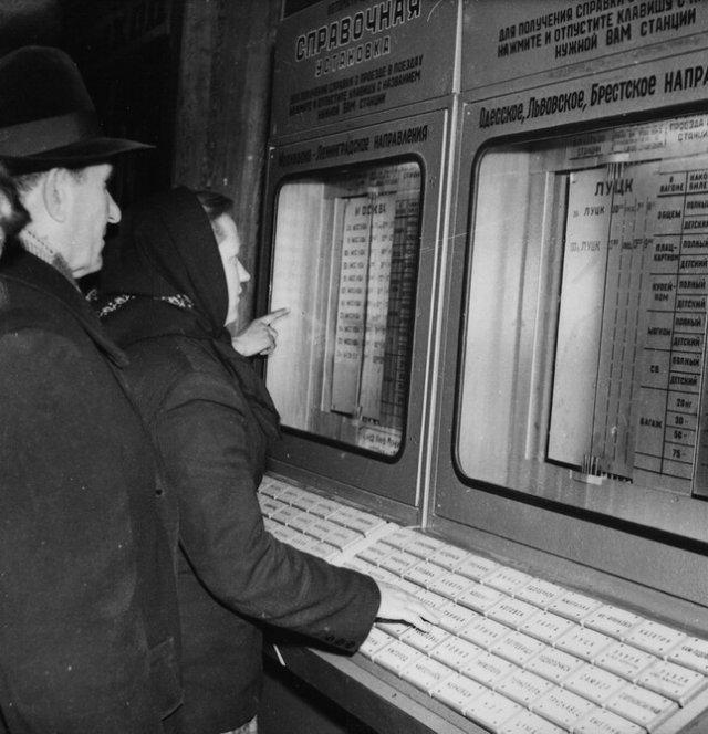 Справочная на железнодорожном вокзале, Киев, 1964