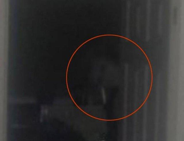 Парень сделал фото в темноте и результат многих напугал — кто-то даже рассмотрел призрака
