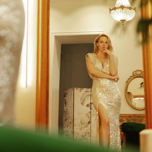Дарья Трегубова в белом платье