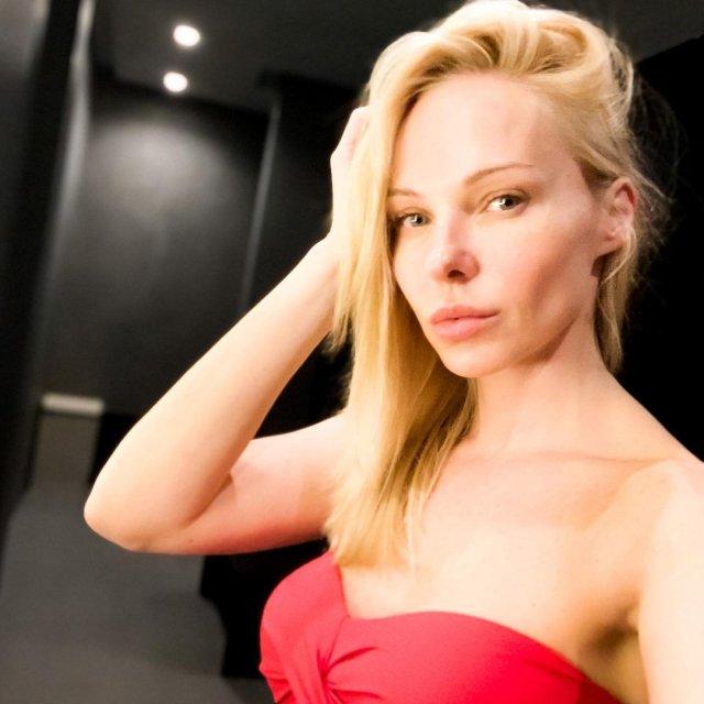 Дарья Трегубова в красном купальнике
