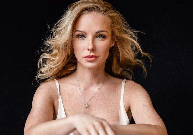 Дарья Трегубова - в белой кофте