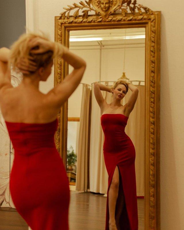 Дарья Трегубова в красном платье