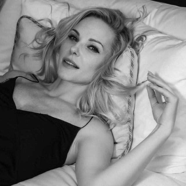 Дарья Трегубова в спальне в черном платье