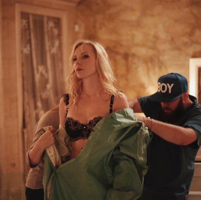 Дарья Трегубова на съемках в нижнем белье