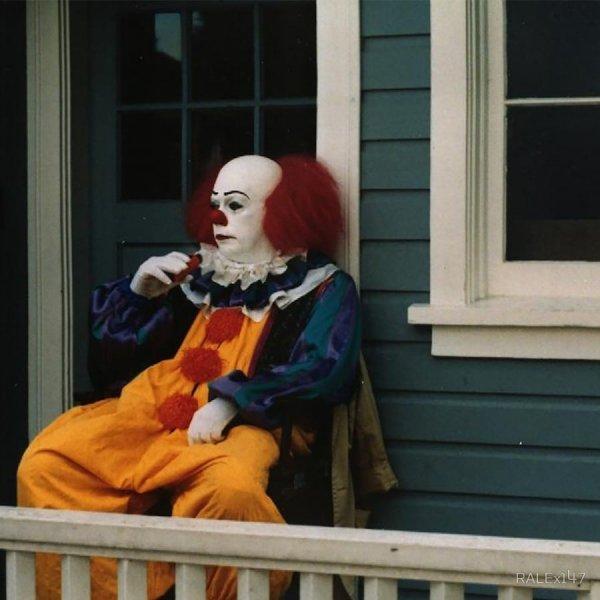 """Тим Карри отдыхает во время съёмок фильма """"Оно"""", 1990"""