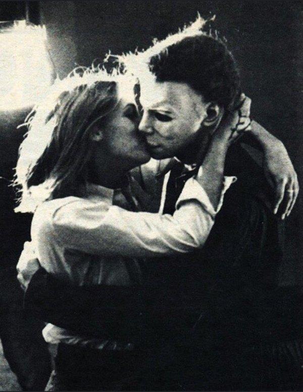 """Джейми Ли Кёртис целует Майкла Майерса на съемках """"Хэллоуина"""""""
