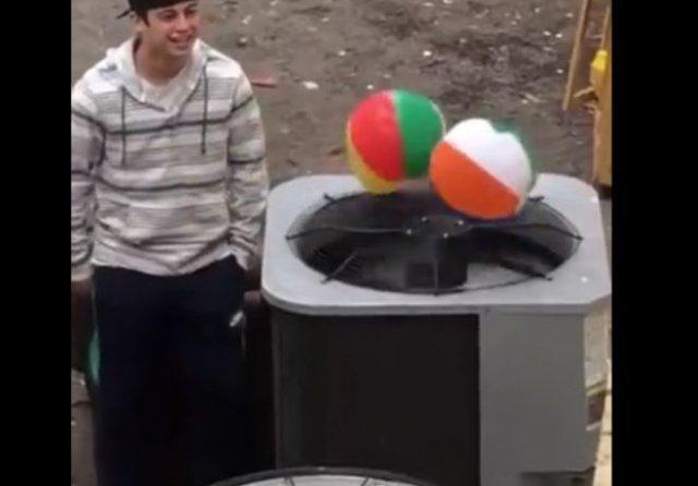 """""""Подпольные бои"""" надувных мячей"""