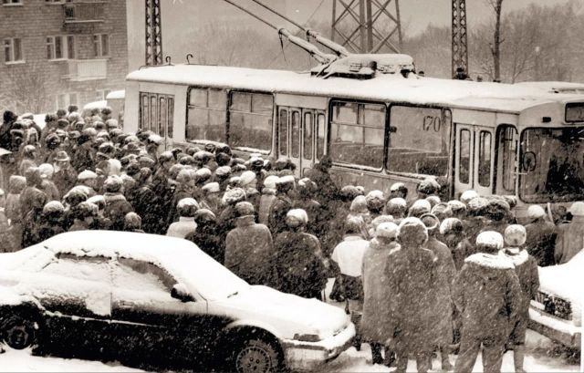 В ожидании посадки на троллейбус, Владивосток, 1994 год.