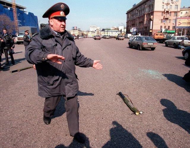 Несработавший гранатомет РПГ–18 у посольства США, 18 марта 1999 года, Москва.