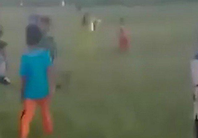 Мальчик в Индонезии запутался в тросах воздушного змея и упал с 9-метровой высоты