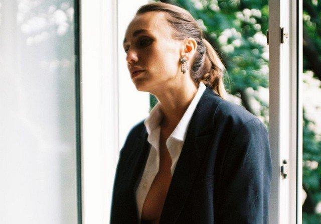 Виктория Варлей в офисной одежде