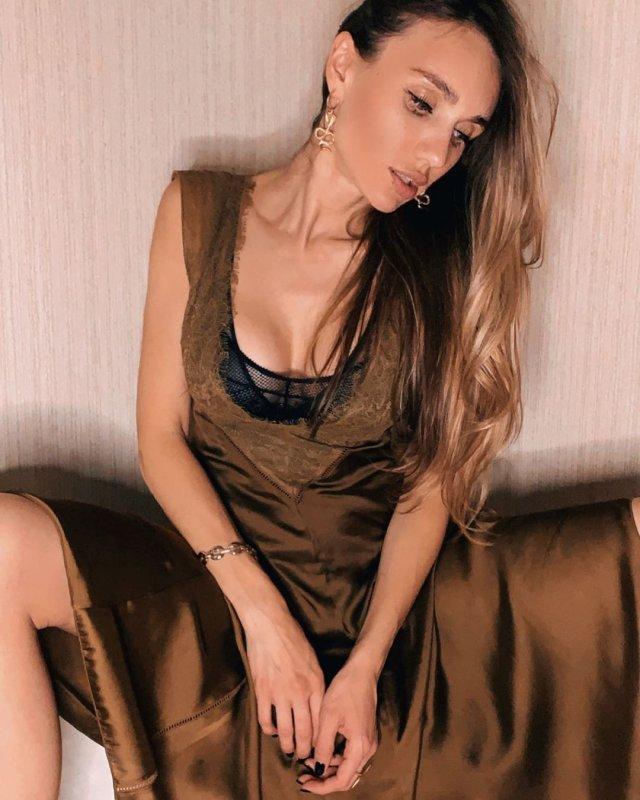 Виктория Варлей в платье с декольте