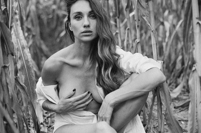 Виктория Варлей прикрывает грудь