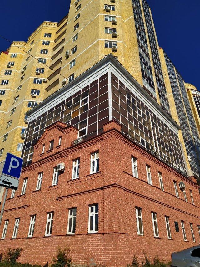 Дом Курчатова», встроенный в высотку-новостройку. В этом здании XIX века несколько лет жил юный Игорь Курчатова, когда его отец служил в Симбирске.