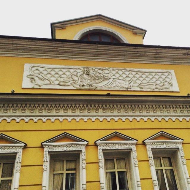 В Москве работает ресторан «Обломов» с барельефом в честь главного героя романа.