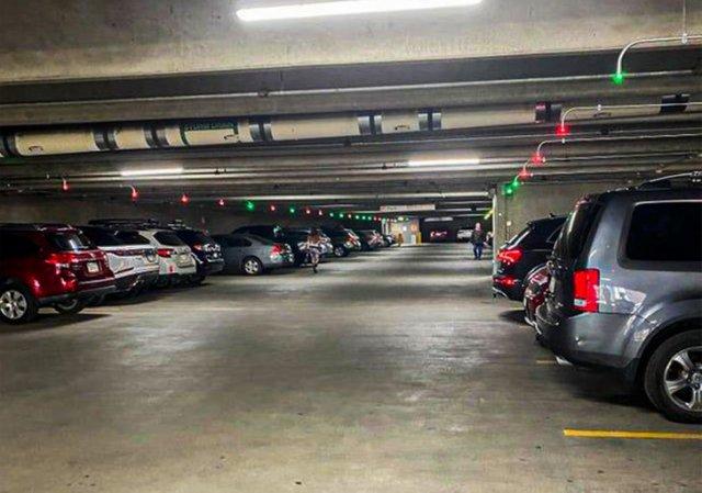 Огни над парковкой показывают - свободы ли они