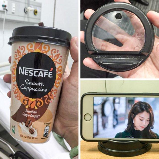 На крышке одноразового стаканчика специальный держатель для мобильника