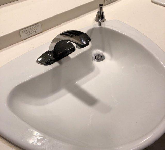 Слив находится прямо под дозатором мыла, чтобы в раковине не оставалось пятен и разводов