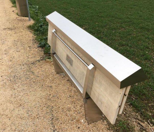 Складывающаяся скамейка в парке
