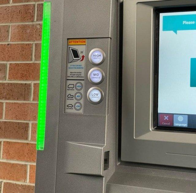 Кнопки на банкомате, которые регулируют его высоту в зависимости от типа машины