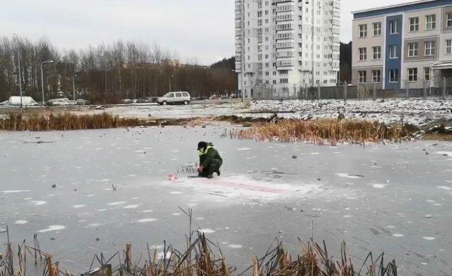 В Белоруссии коммунальщиков заставили выковыривать бело-красно-белый флаг изо льда