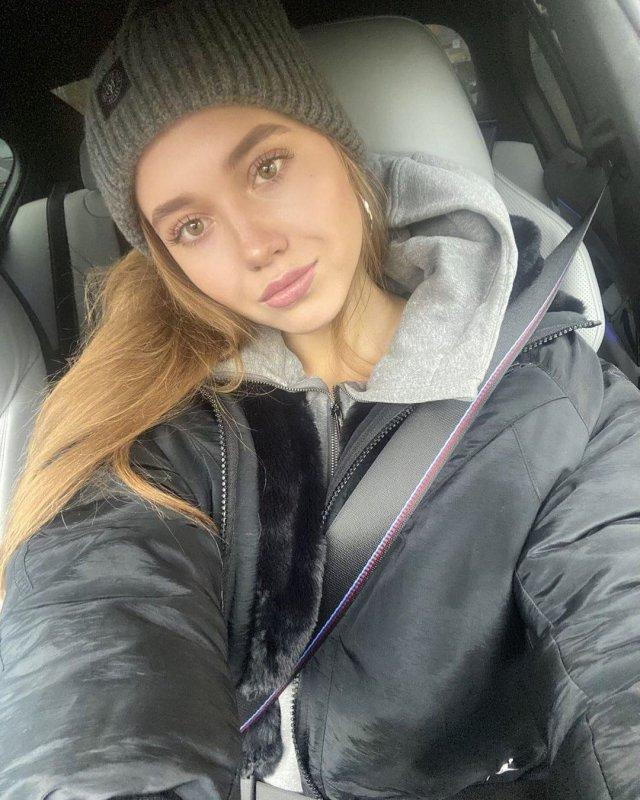 Фигуристка Елена Радионова в черной кофте