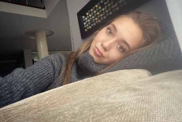 Фигуристка Елена Радионова в сером свитере