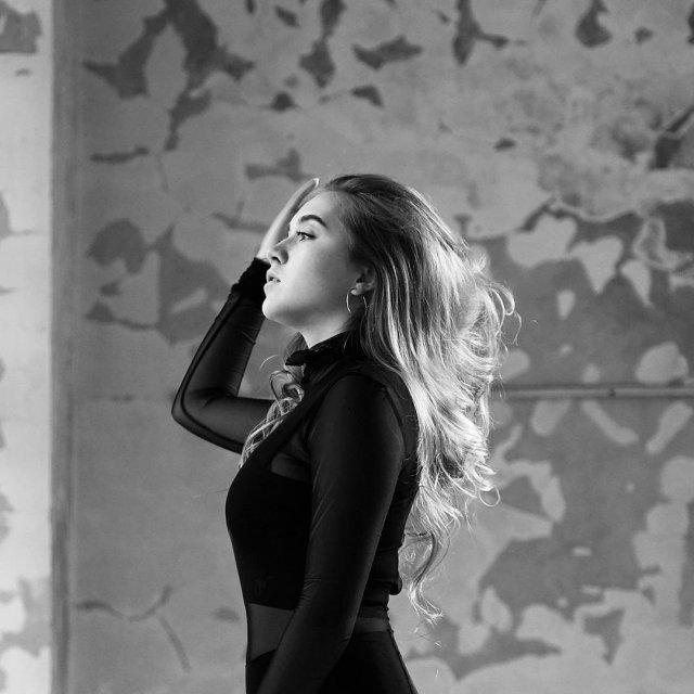 Фигуристка Елена Радионова в черном свитере