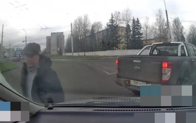"""""""Я иду по кольцу!"""": Водитель, не знающий правил ПДД водитель доказывает свою правоту"""