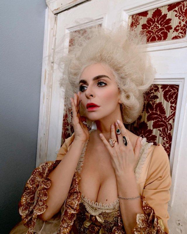 Екатерина Варнава в образе императрицы