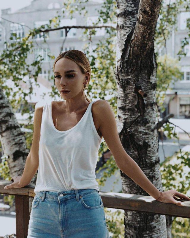 Екатерина Варнава в белой майке
