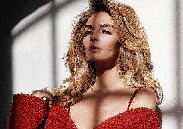 Екатерина Варнава в красном платье