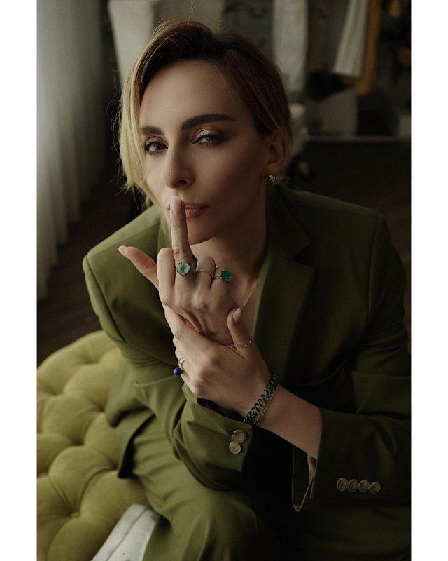 Екатерина Варнава в зеленом пиджаке