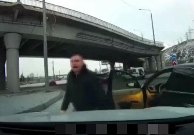 """Водитель хотел показать свою """"крутость"""" и что-то """"выяснить"""", но пистолет охладил пыл"""