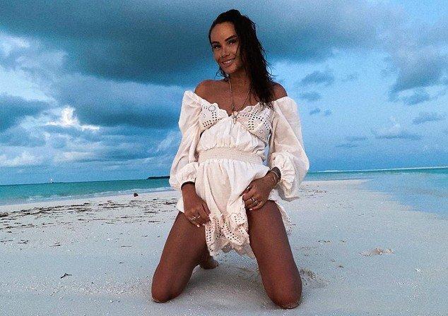 Айза Долматова (Анохина) в белом платье на пляже