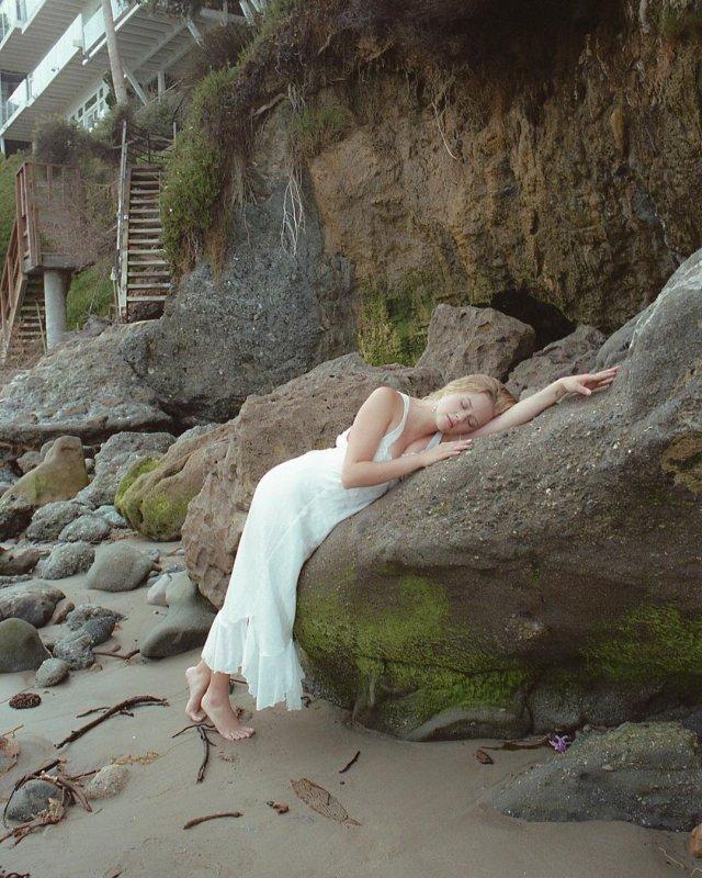 Ава Элизабет Филипп в белом платье