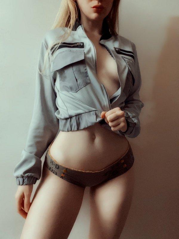 Мел Браун в трусах и рубашке