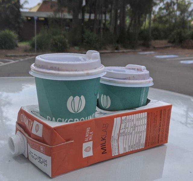 Кофейня за экологию и делает поднос из использованных контейнеров